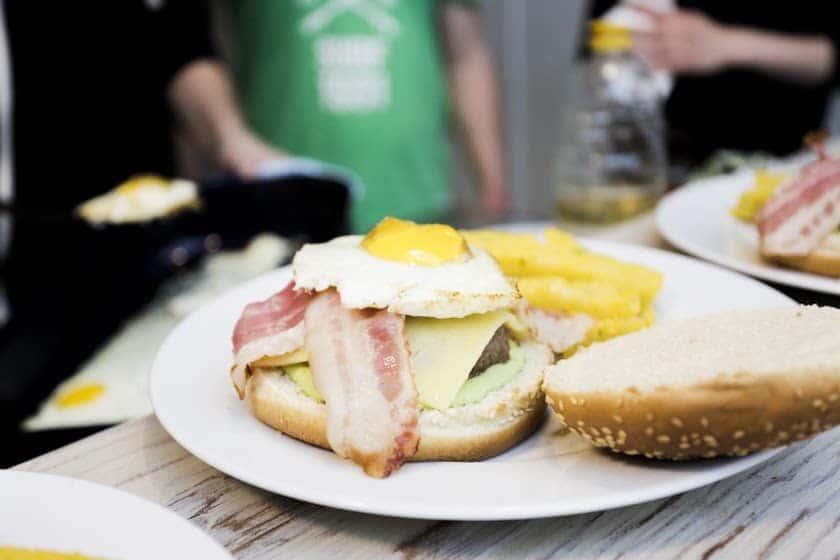 Der brasilianische Burger mit grüner Mayonnaise   All Around Burgers