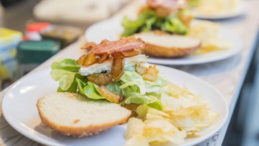Movemburger: karamellisierte Birnen, Ziegenkäse & Preiselbeer-Marmelade