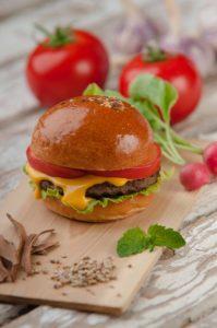 Burger mit köstlicher gelber Sauce | All Around Burgers