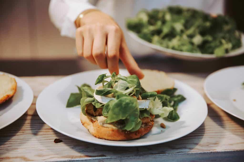 Der vegetarische Burger mit Hummus und Honig ist fertig | All Around Burgers