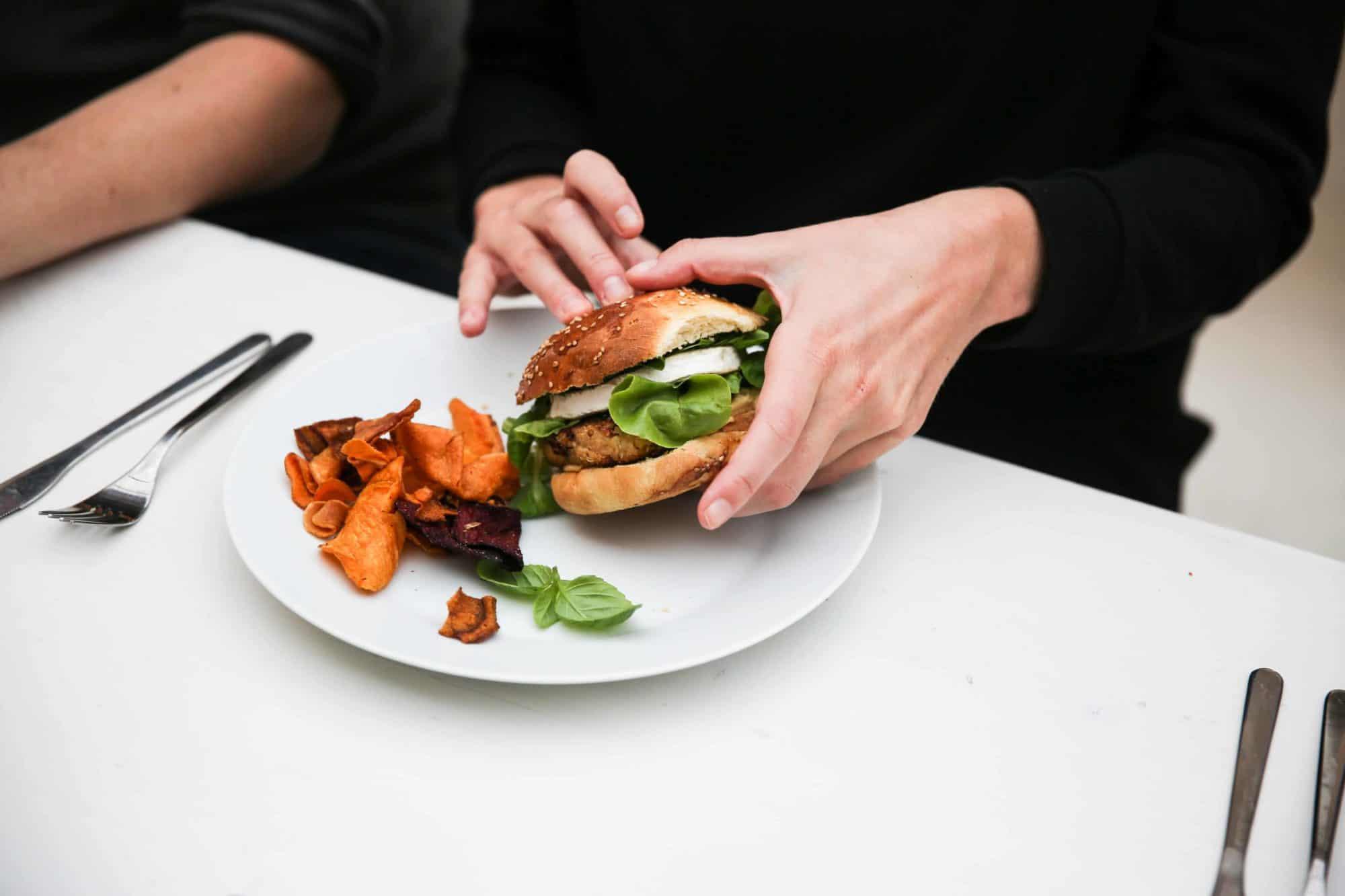 Vegetarischer Burger mit Hummus und Honig | All Around Burgers