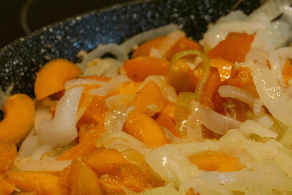 Bei geringer bis mittlerer Hitze kochen lassen und umrühren, bis die Zwiebeln zu karamellisieren beginnen | All Around Burgers
