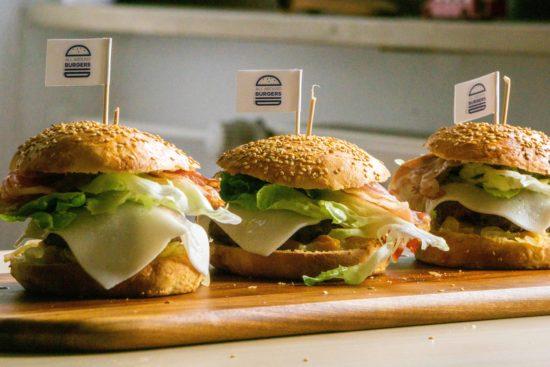Gourmet Burger mit Aprikosen, Minze, Mandeln, Bourbon und Ingwer | All Around Burgers