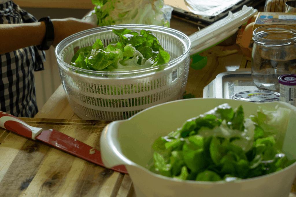Kopfsalat waschen und vorbereiten | All Around Burgers