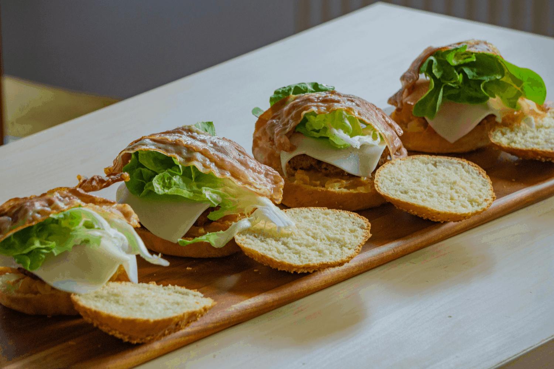 apricot-minz-almond-ziegenkäse gourmet burger von all around burgers
