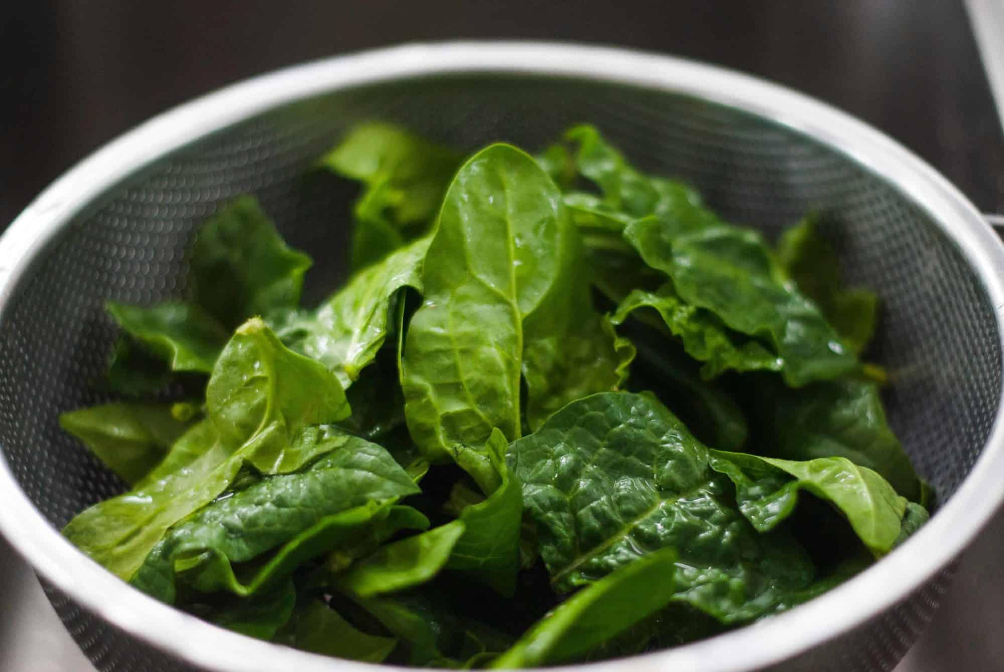 spinatsalat als beilage zu hamburger | All Around Burgers